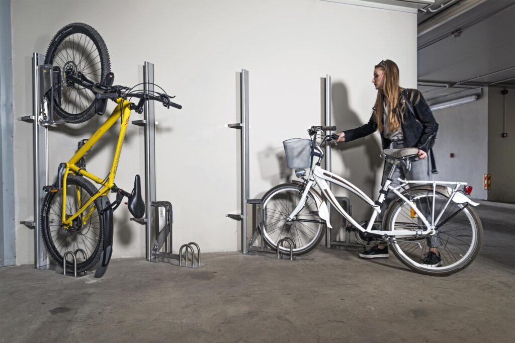 PARKIS - der vertikale Fahrradlift kann im 45° Winkel montiert werden.